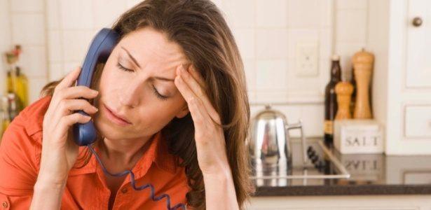 estresse mulher estressada mulher fala ao telefone preocupacao