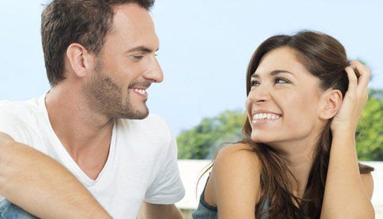 casal-olhando-sorrindo