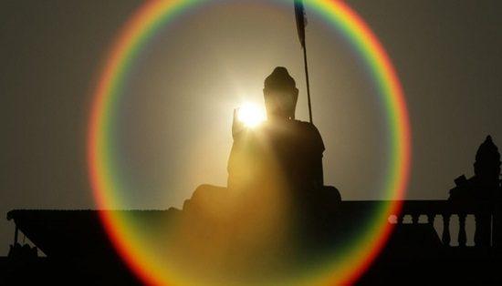 29jan2013---silhueta-de-estatua-de-buda-e-vista-em-phmon-baseth-na-periferia-de-phnom-penh-camboja-1359445630051_956x500