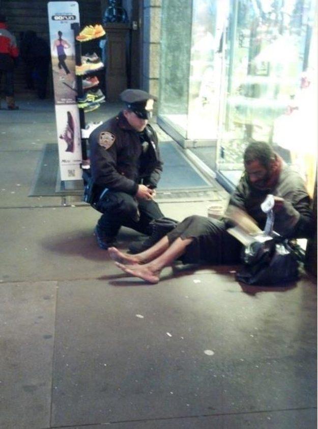 Um policial de Nova York dá um novo par de sapatos para um homem desabrigado.