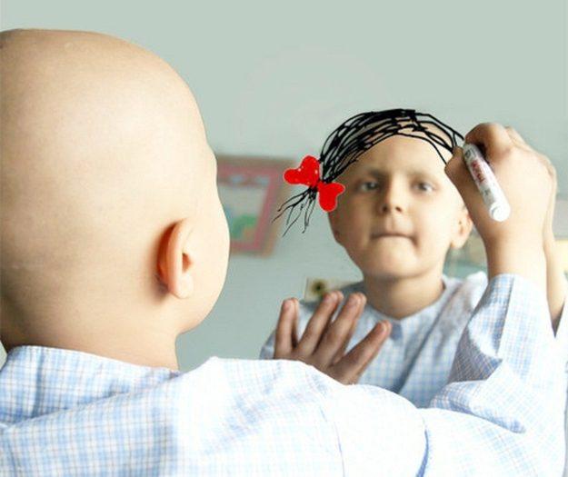 Uma paciente com câncer desenha o seu desejo num espelho.