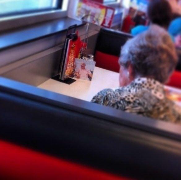 Uma mulher que perdeu o marido ainda almoça com ele todos os dias.