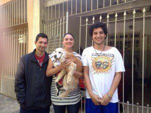 Felipe-Mariana-e-Rodrigo-com-a-cadela-resgatada-300x225