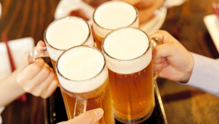 mulher que toma cerveja