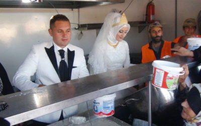 casal usa seu casamento