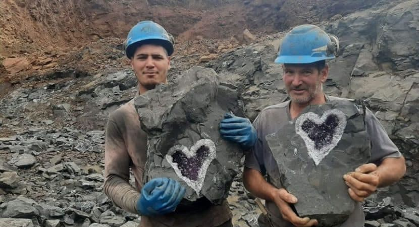 Capa Mineradores encontram cristal esculpido pela natureza em formato de coracao Fascinante