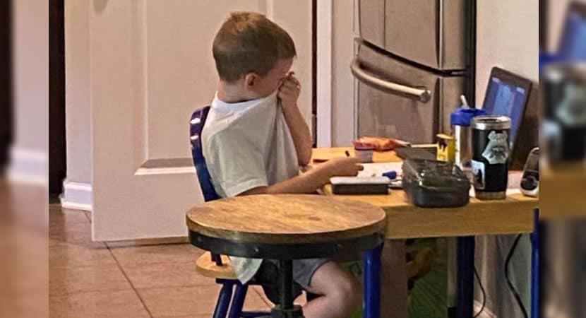 Capa Mae fotografa filho chorando durante aula online A dificuldade e real