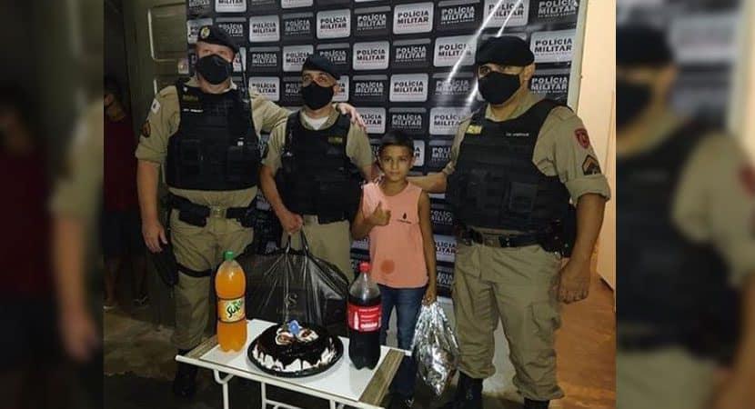 Capa Garoto liga para a policia reclamando da ausencia do pai no aniversario e ganha festa surpresa