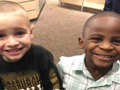 CAPA Menino pede para cortar o cabelo igual ao do melhor amigo para confundir a professora