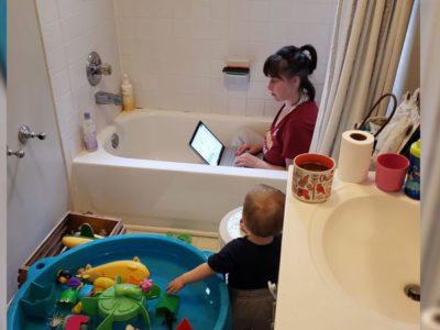 Capa Mae trabalha dentro de banheira para cuidar de filho e nos leva a refletir sobre dupla jornada das mulheres