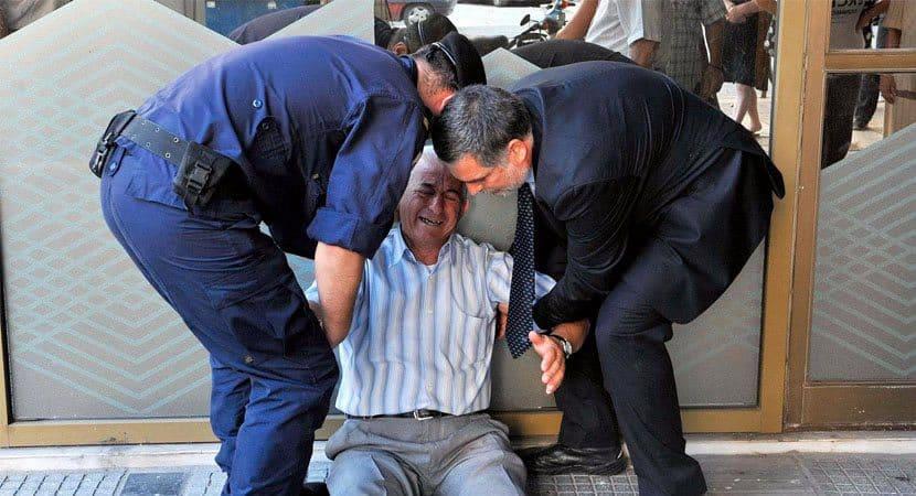 Empresario paga pensao para idoso que chorou sem aposentadoria na frente de banco