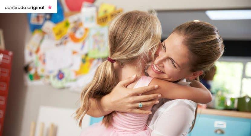 Minha mae nasceu para ser o meu lar Seu amor me protege e da forca em qualquer situacao