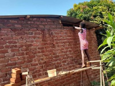 capatijolo por tijolo mulher constroi a propria casa sozinha Determinada e habilidosa