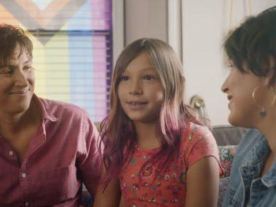 4 Capa Maes de uma menina trans demonstram orgulho da filha em comercial Ela deve se mostrar ao mundo