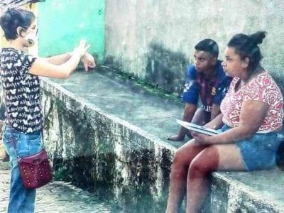 2 Capa Garota interprete de Libras ensina materia dada na escola para aluna surda na rua O mundo ainda tem jeito