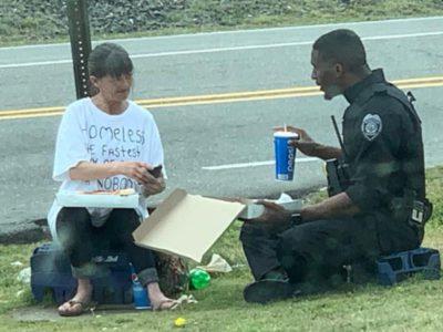 3 capa Policial foi flagrado dividindo o almoco com sem teto e emocionou Continue com o bom trabalho