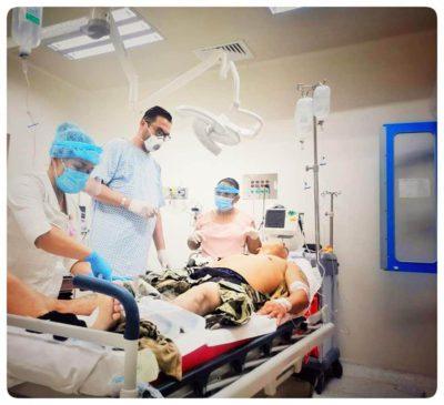 3 2 Medico que estava sendo atendido em pronto socorro se levanta de maca para ajudar outro paciente