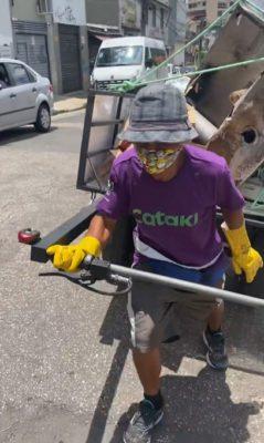 2 2 Homem ajuda catadores com deficiencia fisica que nao tem dinheiro para comprar carroca
