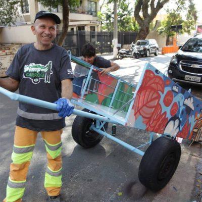 2 4 Homem ajuda catadores com deficiencia fisica que nao tem dinheiro para comprar carroca