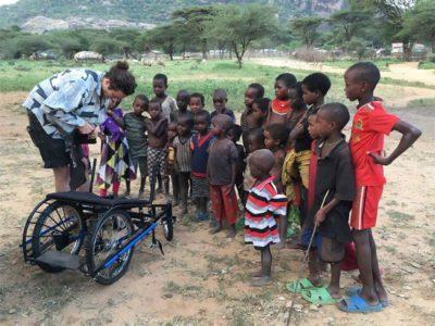 2designer cria cadeiras de roda recicladas e devolve a esperanca a criancas africanas deficientes