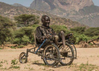 3designer cria cadeiras de roda recicladas e devolve a esperanca a criancas africanas deficientes