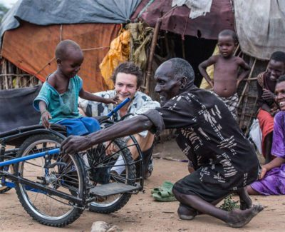 4designer cria cadeiras de roda recicladas e devolve a esperanca a criancas africanas deficientes