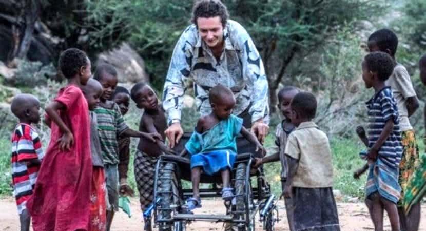 capadesigner cria cadeiras de roda recicladas e devolve a esperanca a criancas africanas deficientes